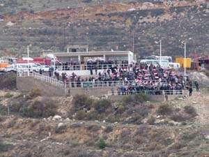 السوریین یتخطون الحدود ویدخلون إلى هضبة الجولان