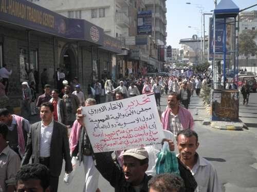 شباب الثورة فی تعز یحذرون من أی تشریع یمنح صالح وأرکانه أی ضمانة