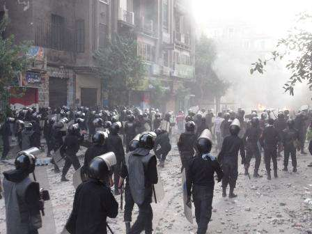 """الجیش والأمن المرکزی یقتحمون """"التحریر"""" بـ""""قنابل الغاز"""" والرصاص الحی"""