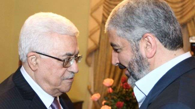 Hamas Political Bureau chief Khaled Meshaal (R) and acting Palestinian Authority chief Mahmoud Abbas (file photo)