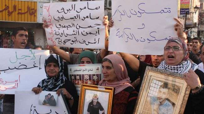 Palestinians stage a demonstration in solidarity with hunger strikers in Israeli jails, in the West Bank city of Ramallah on September 13, 2012.