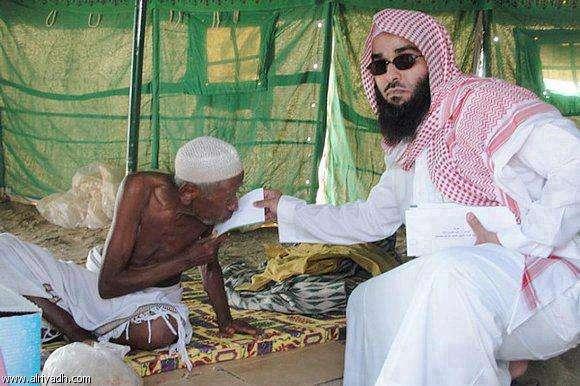 """Pangeran Saudi memberi sumbangan """"dengan penuh kasih sayang"""" melihat pun tak sudi. Sumber foto Alriyadh.com"""
