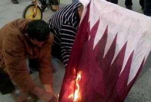 حرق علم قطر في ليبيا