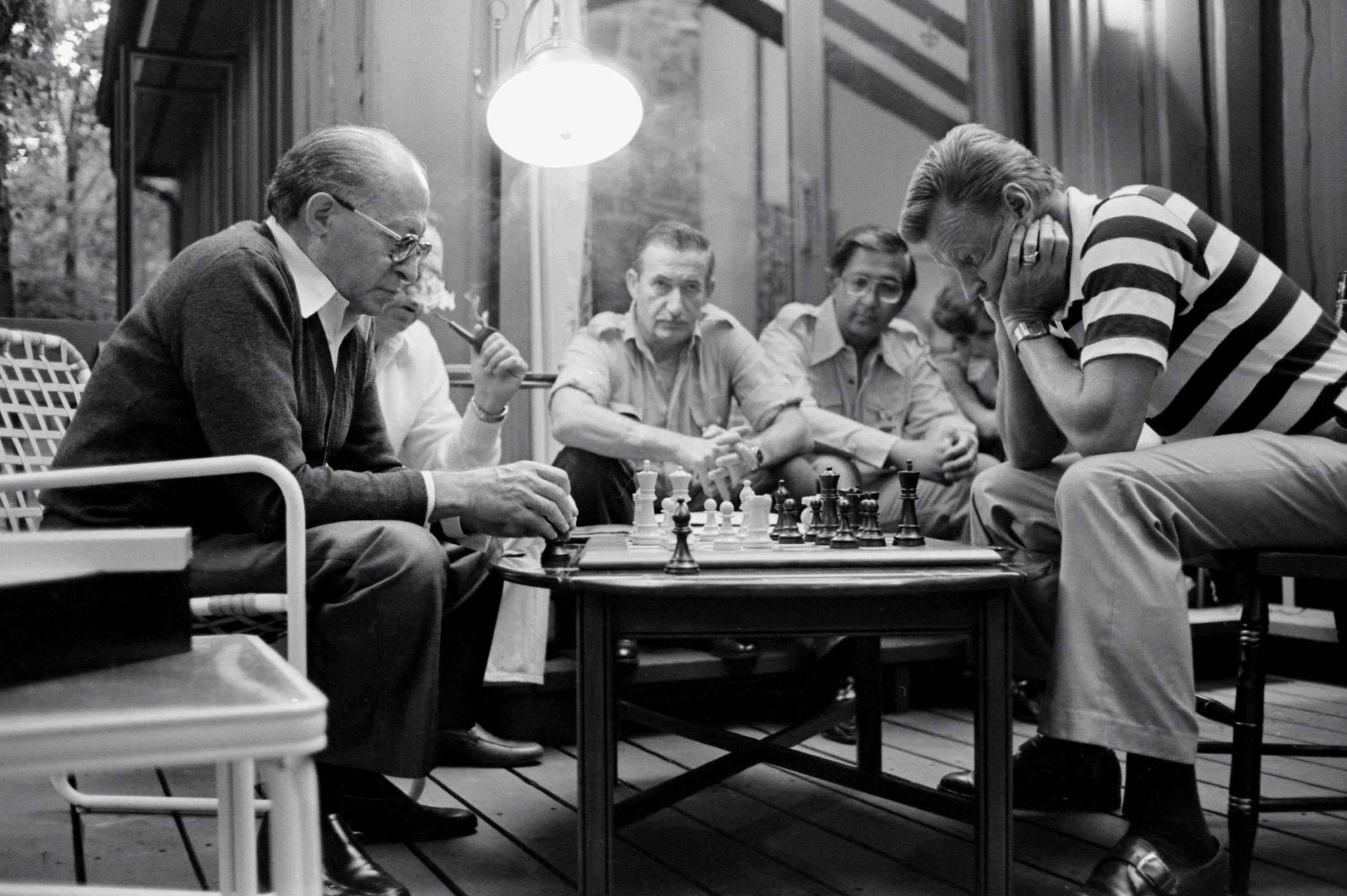 Perdana Menteri Israel Menachem Begin dan  Brzezinski di Camp David (Wikipedia)
