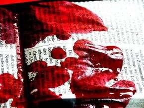 Tangan-tangan media berlumur darah (http://www.sowetanlive.co.za)