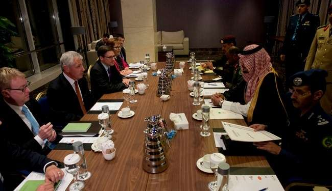 Chuck Hagel dan Salman bin Sultan di Bahrain 6 Desember  2013