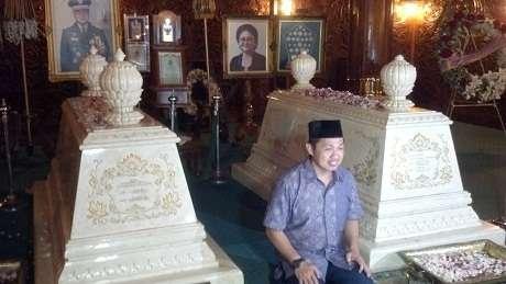Presiden PKS Anis Matta telah melakukan ziarah ke makam mantan Presiden RI Soeharto (Detik.com)