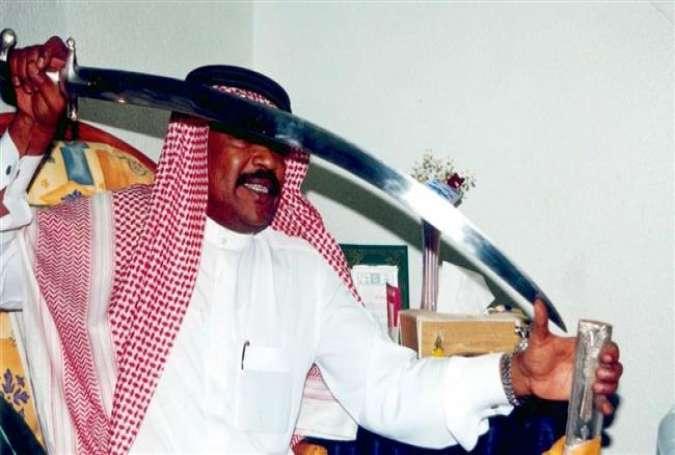 Algojo Saudi Arabia dengan pedangnya.jpg