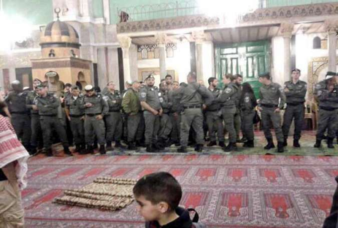Tentara dan Pemukim Ilegal Zionis Serbu Kompleks Al Aqsa - Islam Times