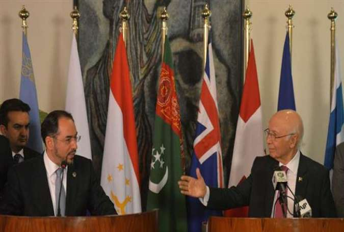 Pakistani Prime Minister's Advisor on Foreign Affairs Sartaj Aziz (R) and Afghan Foreign Minister Salahuddin Rabbani (L) are seen during a joint press conference in Pakistan's capital, Islamabad, December 9, 2015.