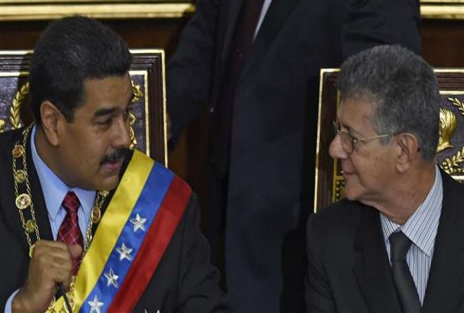 Venezuelan President Nicolas Maduro (L) speaks with the president of the opposition-controlled National Assembly, Henry Ramos Allup (R), during his annual address at the National Assembly in Caracas, January 15, 2016.
