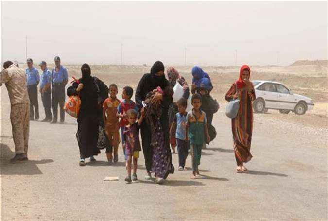 Iraqi families displaced from the areas of Hawija and Hamrin in northern Iraq due to the presence of Takfiri Daesh terrorists arrive in the semi-autonomous Kurdistan region, August 31, 2015.