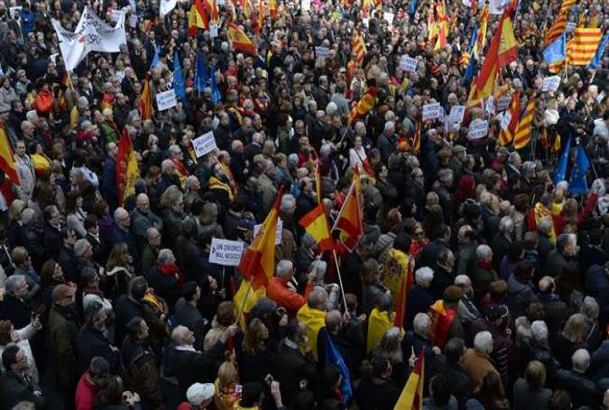 Demonstrators voice support for the unity of Spain at Catalonia square in Barcelona on January 31, 2016.