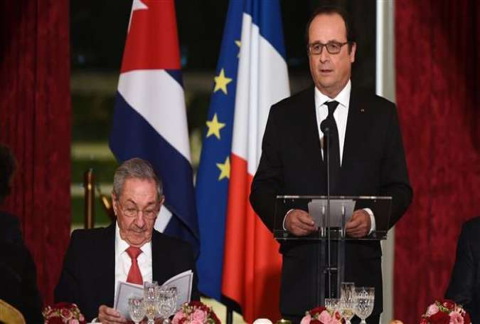 French President Francois Hollande (R) delivers a speech next to Cuban President Raul Castro during a state dinner at the Elysee Presidential Palace in Paris on February 1, 2016.
