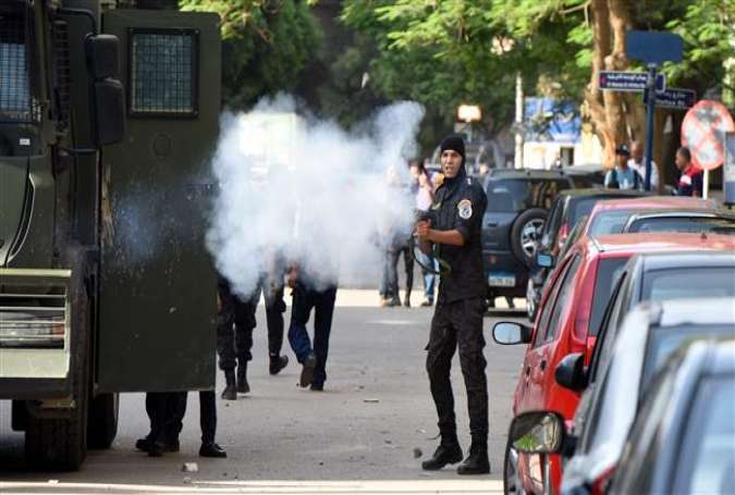 Egyptian police fire tear gas towards protestors as they demonstrate on April 25, 2016 in the capital, Cairo, against the handing over of two Red Sea islands to Saudi Arabia.