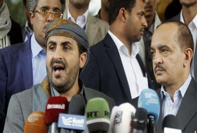 Mohammed Abdulsalam (L), head of the Houthi delegation to peace talks in Kuwait, speaks at a news conference at Sana'a Airport, Yemen, April 20, 2016.