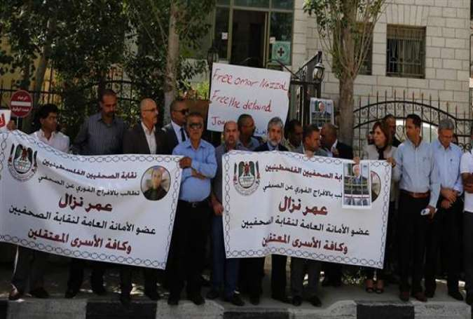 Palestinian journalists demonstrate in the West Bank city of Ramallah in support of their colleague Omar Nazzal, who was detained the previous day by Israeli forces, April 24, 2016.
