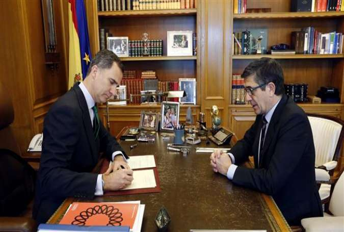 Spanish king Felipe VI (L) signs a decree dissolving parliament in the presence of Parliament Speaker Patxi López, after political parties failed to agree on a coalition to install a new government following inconclusive December 20 elections, at La Zarzuela Palace in Madrid, on May 3, 2016.