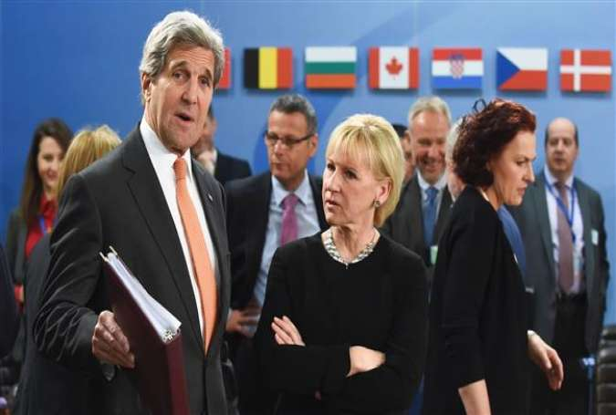 US Secretary of State John Kerry (L) talks with Sweden