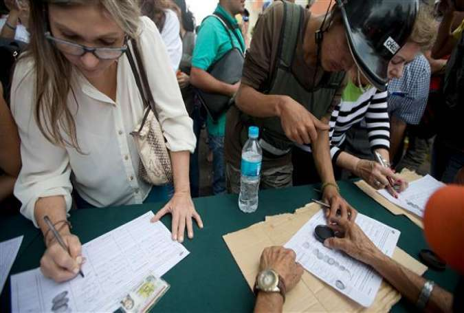People sign a petition, organized by the opposition, to initiate a recall referendum against Venezuela's President Nicolas Maduro in San Cristobal, April 27, 2016.