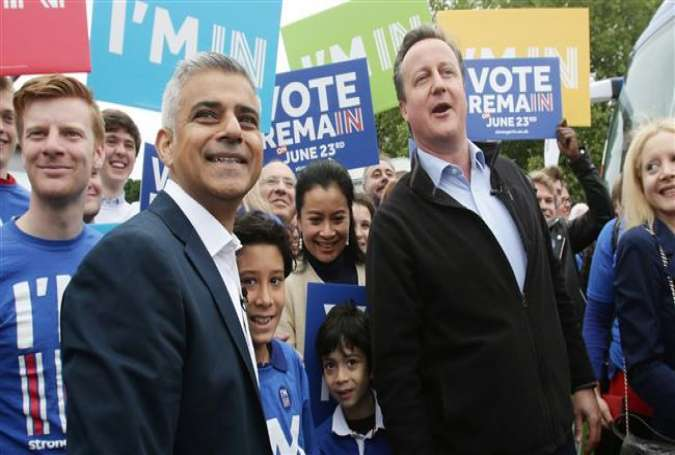 London Mayor Sadiq Khan (L) and UK Prime Minister David Cameron at a Remain campaign event in London, May 30, 2016.