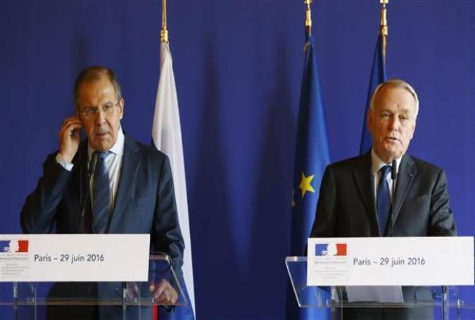 Russian Foreign Minister Sergei Lavrov (L) and his French counterpart Jean-Marc Ayrault give a press conference after their meeting at the Quai d
