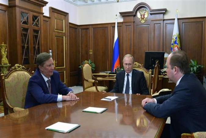 Russian President Vladimir Putin (C) meets with Sergei Ivanov (L) and Anton Vaino in Moscow on August 12, 2016.