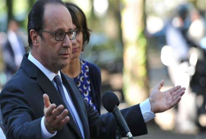 French President Francois Hollande holds a press conference after visiting a Shelter and Orientation center for migrants on September 24, 2016.