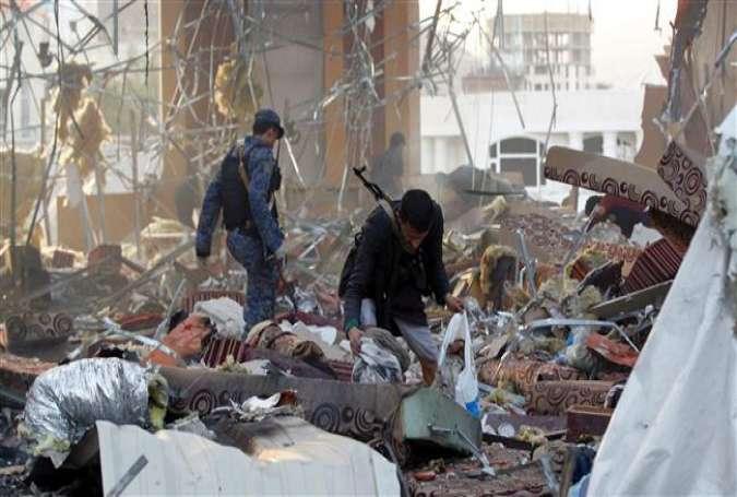 イエメンの首都サヌアにサウジアラビア主導の連立政権の飛行機によって空爆次破壊建物の瓦礫の中のアイテムを収集し、