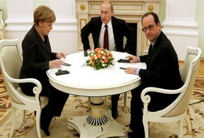 French President Francois Hollande (R) and German Chancellor Angela Merkel (L) meet Russian President Vladimir Putin at the Kremlin in Moscow on February 6, 2015.