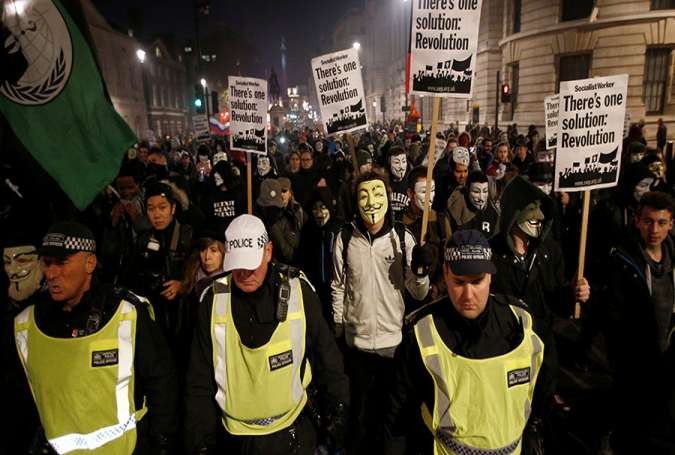Pendemo London pakai topeng Anonymous (Reuters)
