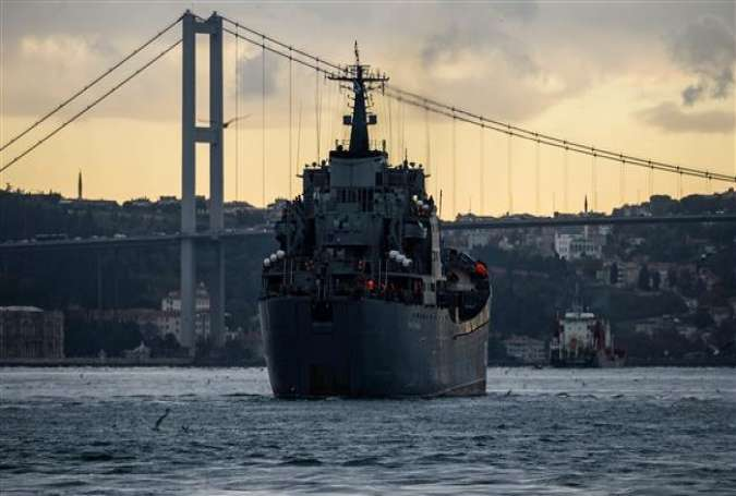 This picture taken on October 18, 2016 shows the Russian warship BSF Nikolay Flichenkov 152 passing through the Bosphorus Strait, on its way to the eastern Mediterranean port of Tartus in Syria.