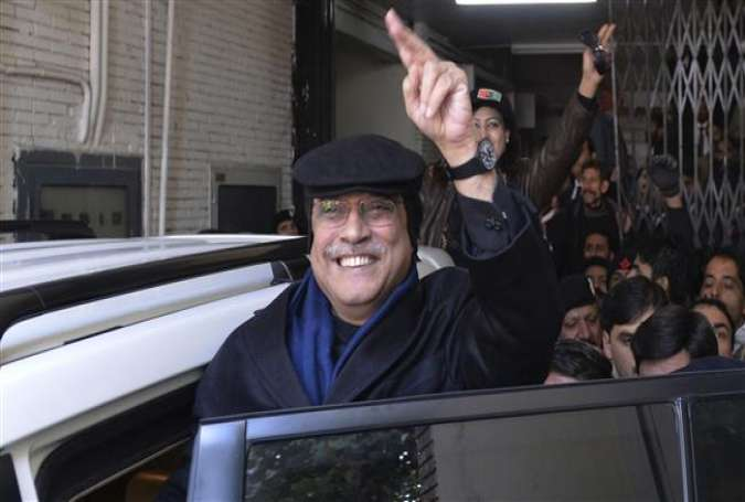 Former Pakistani president, Asif Ali Zardari, waves as he leaves a court in Islamabad, January 9, 2014.