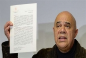 Head of the Venezuelan opposition Democratic Unity Roundtable (MUD) Jesus Torrealba shows a letter during a press conference in Caracas on Dec. 26, 2016.