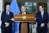 UN Secretary-General Antonio Guterres (C) speaks as Turkish Cypriot President Mustafa Akinci (L) and Greek Cypriot President Nicos Anastasiades listen during a press conference following peace talks in Geneva, January 12, 2017.