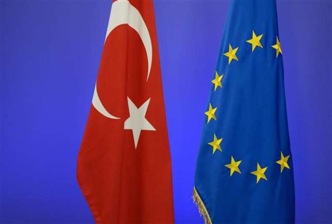 This file photo, taken on November 29, 2015, shows the Turkish national flag (L) and the EU flag in Brussels. (By AFP)
