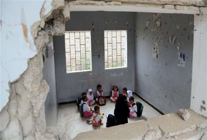 Yemeni students study at a classroom in the Yemeni port city of Hudaydah, on March 15, 2016, which has been damaged by a Saudi airstrike. (Photo by AFP)