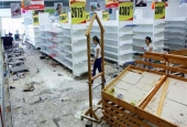 Workers walk next to empty shelves in a supermarket after it was looted in San Cristobal, Venezuela on May 17, 2017. (Photos by Reuters)