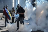 Demonstrators clash with riot police during a protest against the government of President Nicolas Maduro, in Caracas, Venezuela, May 20, 2017. (Photo by AFP)
