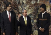 Cuba's President Raul Castro (C) talks with Bolivia's President Evo Morales (R), and Venezuela's President Nicolas Maduro, are seen in a photo of the ALBA summit at the Revolution Palace in Havana, December 14, 2014. (By AP)