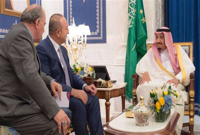Saudi King Salman bin Abdulaziz Al Saud (R) meets Turkish Foreign Minister Mevlut Cavusoglu in the holy city of Mecca on June 16, 2017. (Photo by AFP)