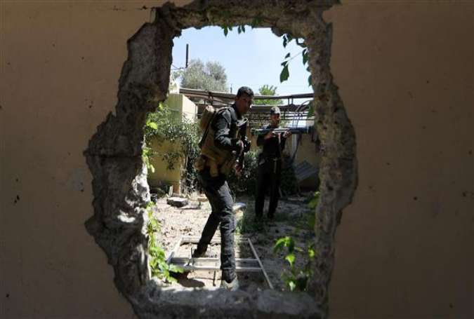 Iraqi Counter-Terrorism Services (CTS) secure a house near the Old City District in western Mosul on June 3, 2017. (Photo by AFP)