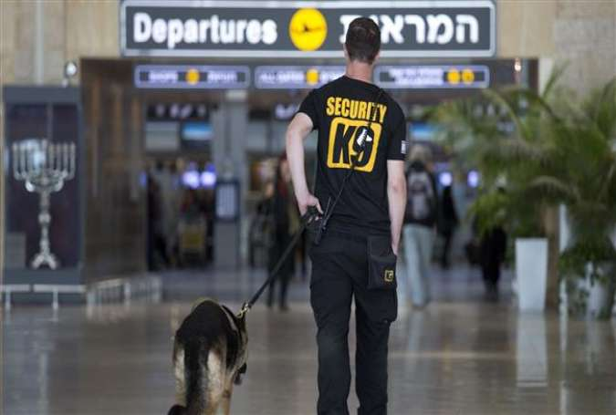 An Israeli airport guard patrols with a dog in Ben Gurion airport near Tel Aviv, March 22, 2016. (Photo by AP)