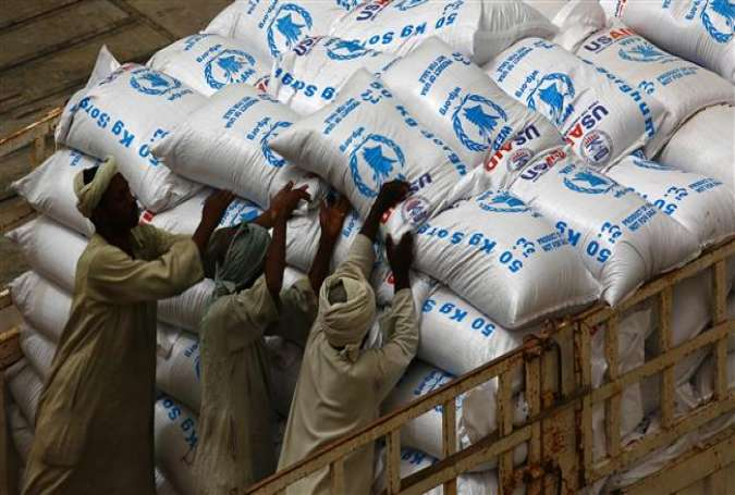 Sudanese workers offload US aid destined for South Sudan from the World Food Programme (WFP) at Port Sudan on March 19, 2017. (Photo by AFP)
