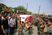 Lebanese soldiers carry the coffin of a comrade who died in battles against the Daesh Takfiri terrorists along the border with Syria during his funeral on August 21, 2017 in the village of Kweikhat in Akkar, northern Lebanon. (Photo by AFP)