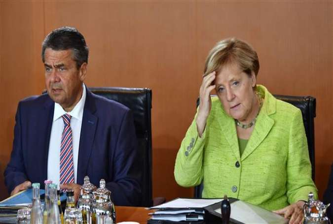 German Chancellor Angela Merkel (R) and German Vice Chancellor and German Foreign Minister Sigmar Gabriel get ready for the start of the weekly cabinet meeting at the Chancellery in Berlin on September 6, 2017. (Photo by AFP)