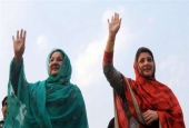 In this photograph, which was taken on May 4, 2013, the daughter of Pakistan's former prime minister Nawaz Sharif, Maryam (R), and her mother, Kulsoom (L), wave to supporters during an election campaign rally in Lahore, Pakistan. (By AFP)