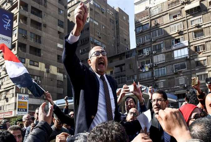 File photo show Egyptian lawyer and former presidential candidate Khaled Ali (C) celebrating with other lawyers after winning a landmark case in Cairo against the government, blocking its attempts to hand over the control of two strategic Red Sea islands to Saudi Arabia. (Photo by Getty Images)