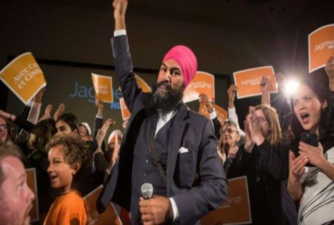 Jagmeet Singh celebrates with supporters after winning the first ballot in the New Democratic Party leadership race in Toronto on October 1, 2017. (Photo by Reuters)
