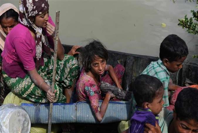 Rohingya refugees arrive on a boat after crossing Naf River from Myanmar into Bangladesh in Whaikhyang on October 9, 2017. (Photo by AFP)